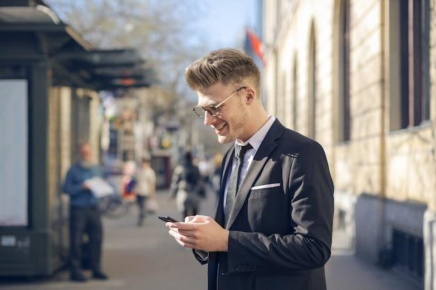 スマートフォンを持つ若者