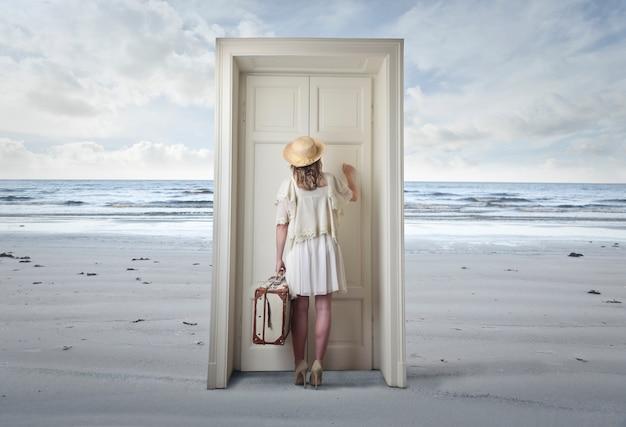 女性がドアをノックします。