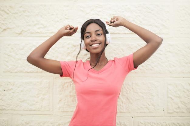 かなりアフロ女性が音楽を聴く