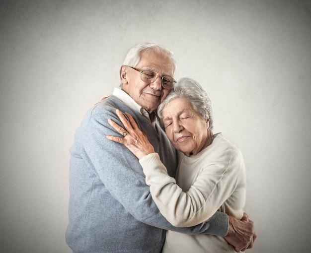Пожилые люди обнимаются