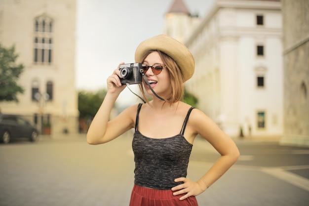 Красивая девушка фотографирует