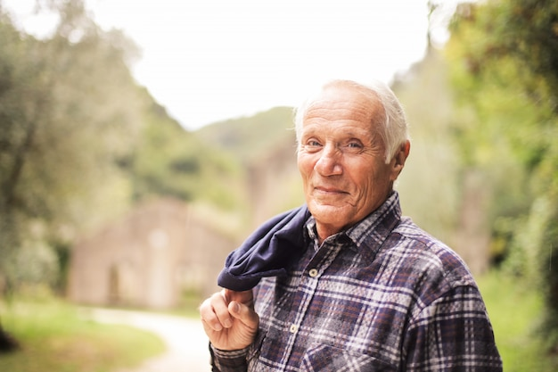 幸せな笑顔の年配の男性人