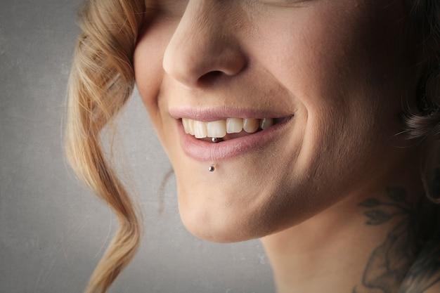 微笑んでいる女の子
