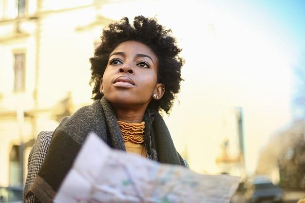 Красивая женщина на экскурсии по городу