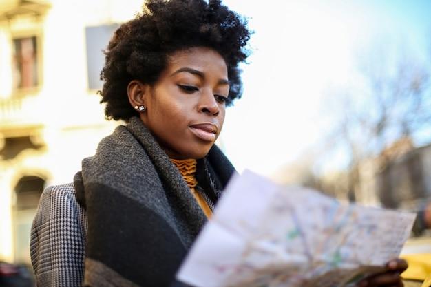 Красивая афро женщина с картой