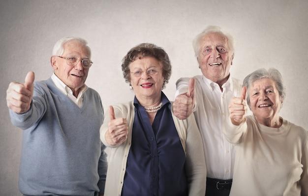 Старшие люди показывают ок