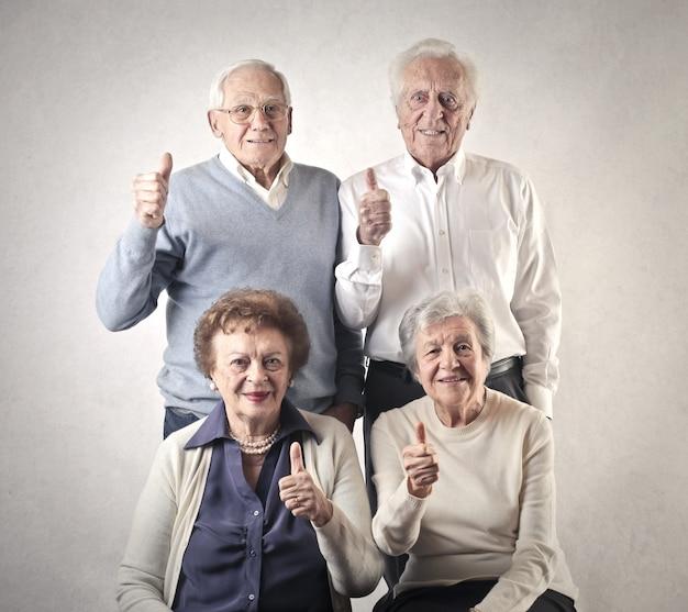 Старшие люди, показывает палец вверх
