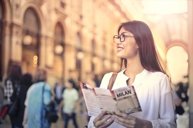 市内観光の美しい女性