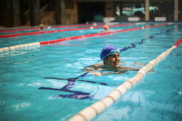 Улыбающаяся женщина в бассейне