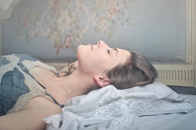 Милая женщина спать