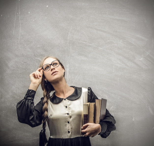 見上げる本を持つ女性