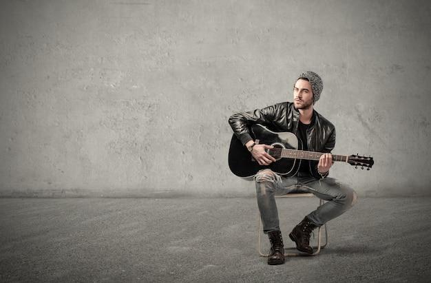 男はギターを弾く