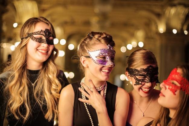 パーティーで偽装した女性
