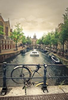 アムステルダムの運河の眺め