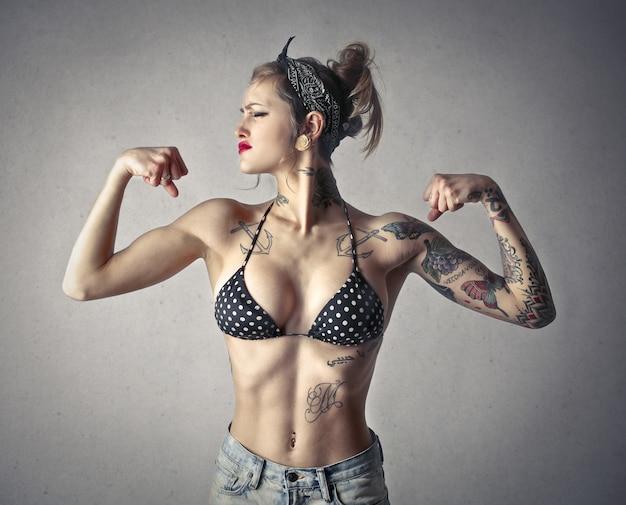 筋肉質の入れ墨の女の子