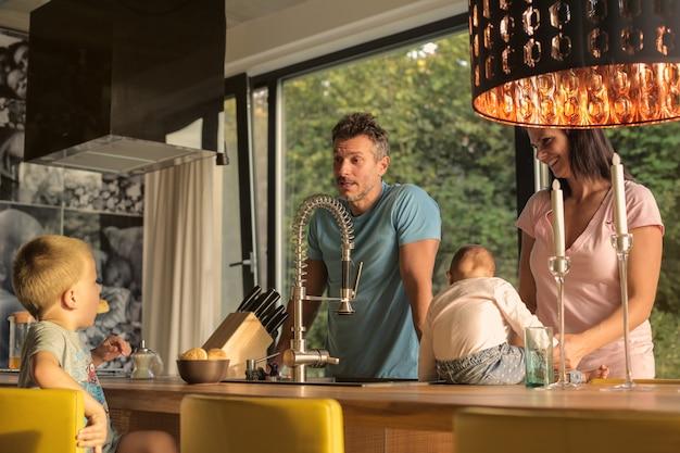 台所で幸せな家族