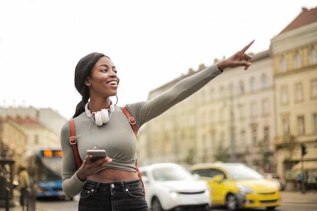 Милая афро женщина в городе