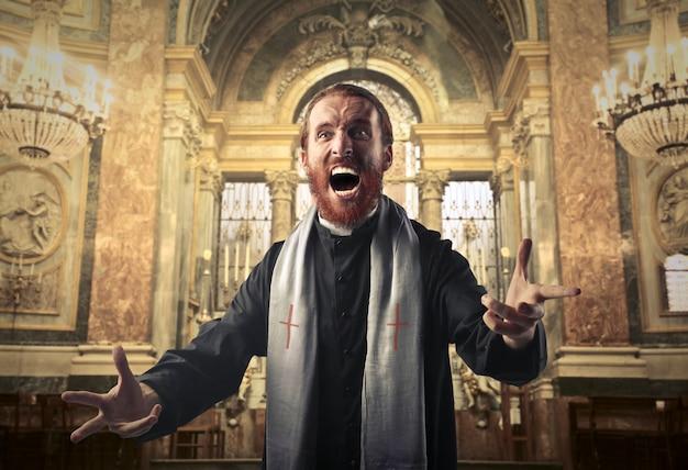 怒って叫んでいる司祭