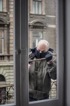 泥棒がアパートに侵入