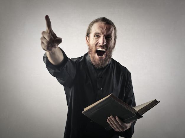 叫んでいる怒っている司祭