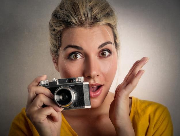 カメラを持つ面白い女性