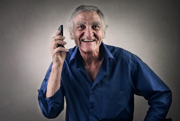 携帯電話を持つ老人