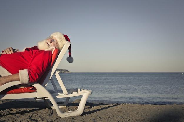 サンタクロース、ビーチでリラックス