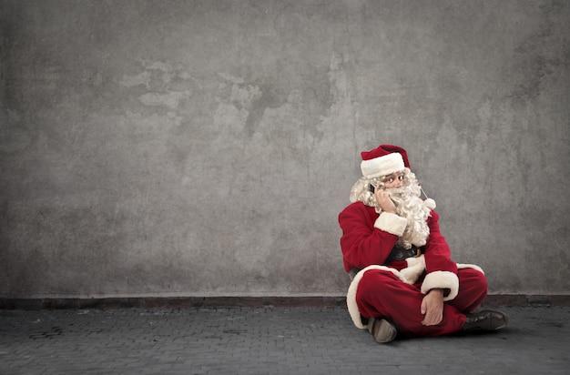 サンタクロースが電話で話しています。