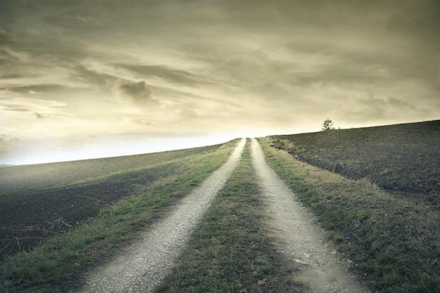 孤独な空の道