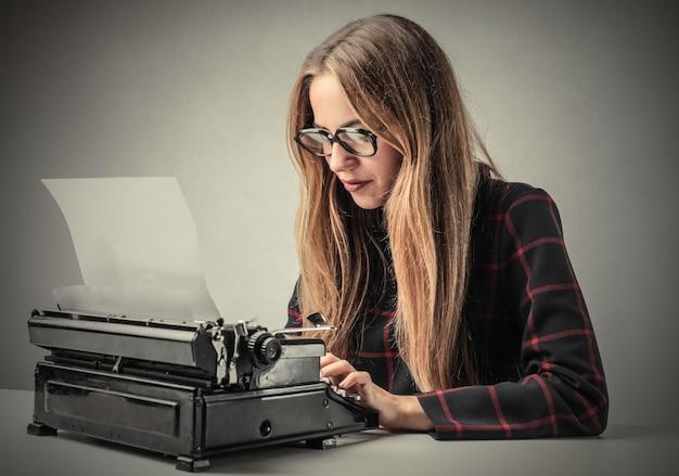 タイプライターで作業する