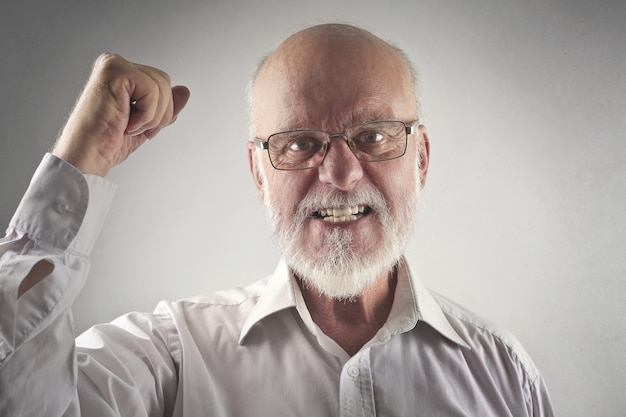 Счастливый успешный старший бизнесмен