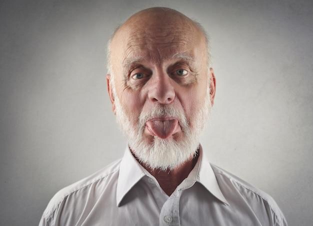 年配の男性が彼の舌を見せて