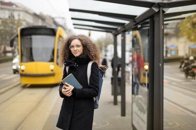 路面電車を待っている学生の女の子