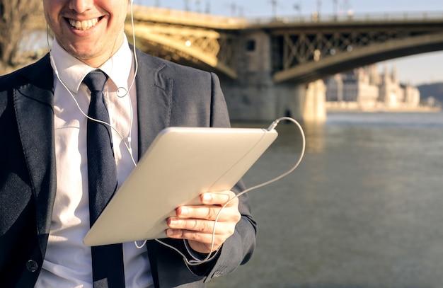 Бизнесмен с планшетом