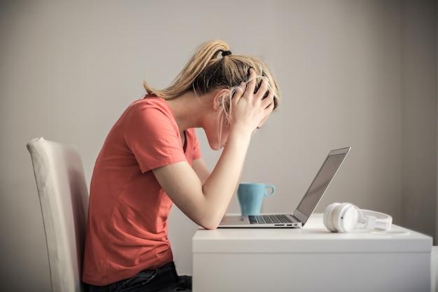 Фокус на работе на ноутбуке