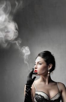 魅力的なセクシーな女性の喫煙