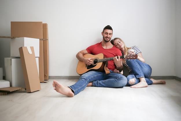 Счастливая пара в новом доме