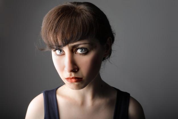 悲しい探している若い女性