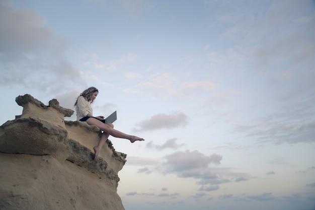 Женщина на скале