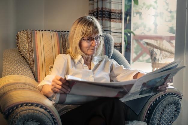 年配の女性が新聞を読む