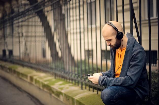 路上でヘッドフォンを持つ男
