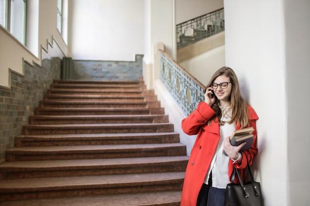 学校の廊下に学生の女の子