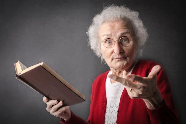 説明する年配の女性