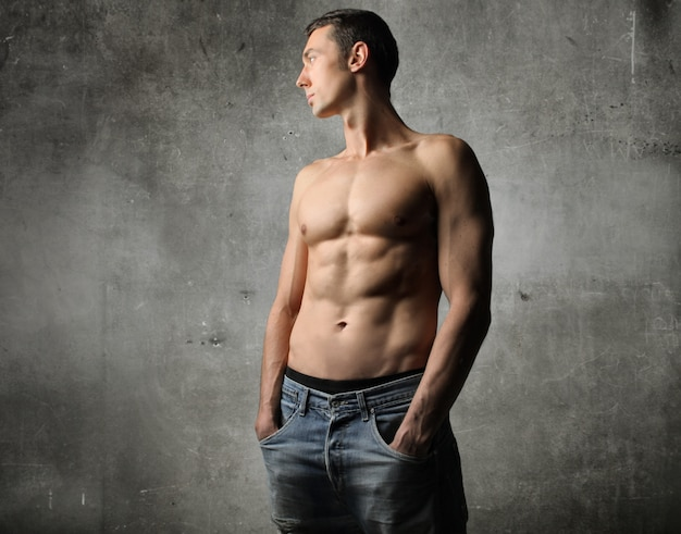 筋肉質のトップレスの男性