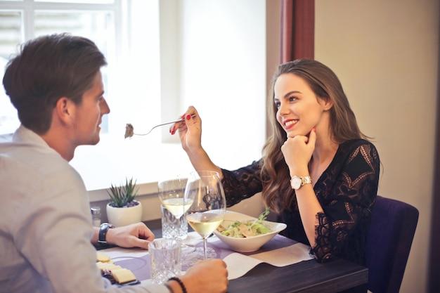 ロマンチックなデートをカップルします。