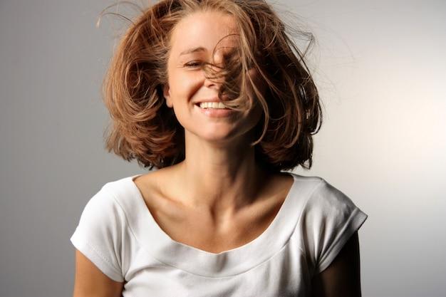 うれしそうな女性の肖像画