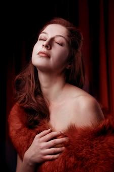 赤い毛皮でセクシーな若い女性の肖像画