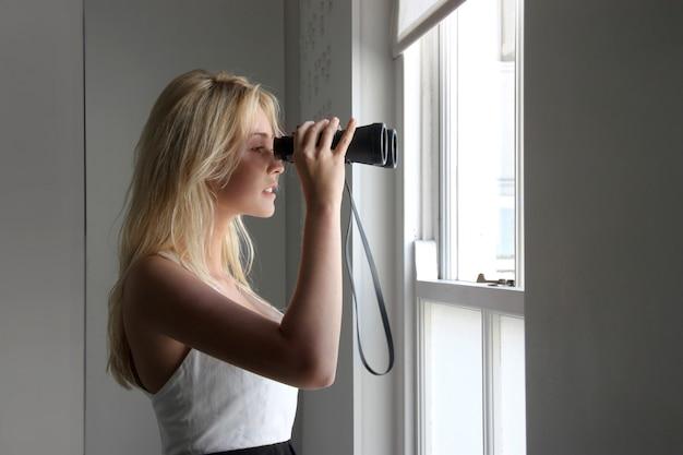 双眼鏡を持つ若い女