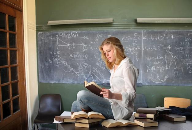 教室で勉強する