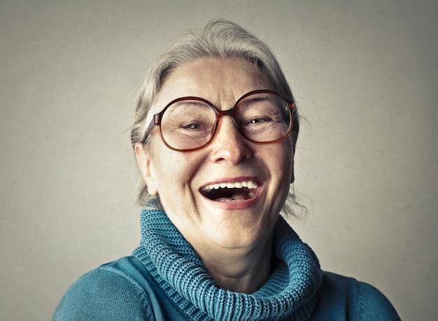 幸せな笑いシニア女性